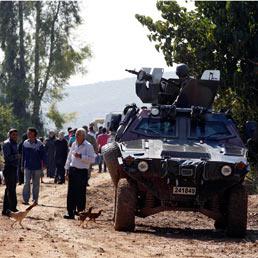 Profughi Siriani, in Turchia, dopo aver attraversato il fiume Oronte vicino al villaggio di Hacipasa. (Reuters)