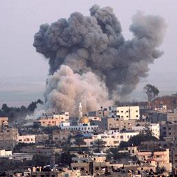 Una delle esplosioni sulla città di Gaza durante i raid aerei israeliani (Epa)