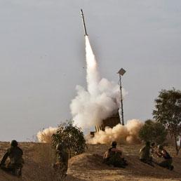 Un razzo intercettore sparato da un Iron Dome nel sud di Israele (Reuters)