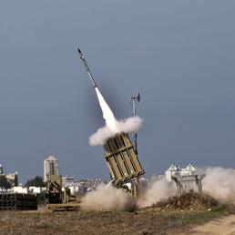 Un missile israeliano lanciato dal sistema di difesa Iron Dome per intecettare un missile lanciato da Gaza (Afp)