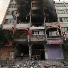 Il grattacielo Shoruq, l'edificio nel centro di Gaza che ospita diverse redazioni giornalistiche, è stato colpito e severamente danneggiato dall'aviazione israeliana. (Reuters)