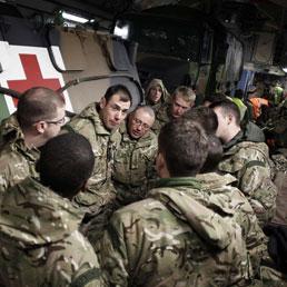 Soldati inglesi in un Boeing C-17 cargo che trasporta veicoli militari francesi alla base di Evreux (foto Afp)