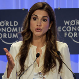 La regina Rania di Giordania durante un intervento al World Economic Forum (Afp)