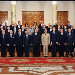 Il Presidente Adly Mansour con i suoi nuovi ministri al palazzo presidenziale del Cairo (Ap)