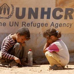 Bambini siriani giocano in un campo profughi a Mafraq, Giordania (Epa)