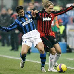 Giocatori da derby e poeti del calcio. Milan e Inter si giocano lo scudetto. Massimo Ambrosini e Javier Zanetti in un derby del 2007 (Ap)