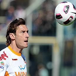 Quanto guadagnano i calciatori italiani (e quanto rischiano di pagare con il contributo di solidariet�). Nella foto il capitano della Roma, Francesco Totti (Ansa)