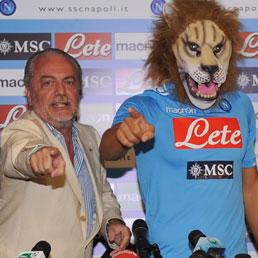 Klaun u cirkusu u nastupu sa lavovima