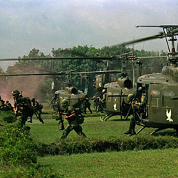 Paracadutisti americani in Vietnam nel 1966 (AP Photo)