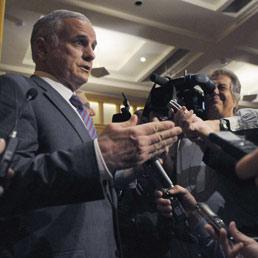 Il governatore democratico, Mark Dayton, e i leader repubblicani del Congresso hanno concordato il nuovo bilancio biennale senza introdurre aumenti del prelievi fiscali (AFP)