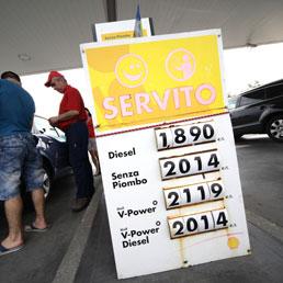 La benzina sfonda quota 2 euro - Foto - Fisco, gettito carburanti: calo di un miliardo nel 2013  - Guarda quanto costa il pieno