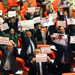 Protesta del Partito CHP al Parlamento turco contro la riforma scolastica (Afp)