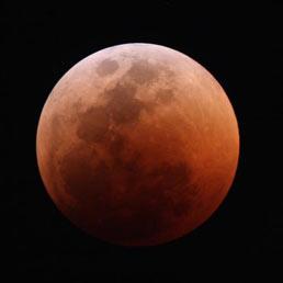 """""""L'ho vista"""". La Luna rossa impazza sulla rete"""