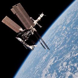 la Stazione Spaziale Internazionale, con attaccato lo Space Shuttle della missione STS134, fotografata dalla Soyuz russa in allontanamento