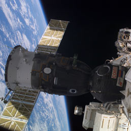 Nella foto la navetta russa Soyuz, piccola, scomoda e vecchia di concezione, ma sicura, attaccata alla Stazione Spaziale Internazionale, ISS