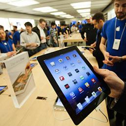 Venduti tre milioni di nuovi iPad. Nella foto i clienti provano il nuovo iPad 3 nell'Apple Store di Toronto (Reuters)
