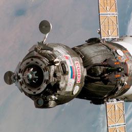 Una capsula Soyuz, la TMA 6, in volo
