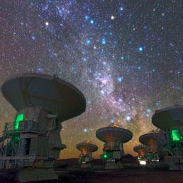 Una suggestiva immagine di Alma di notte , sullo sfondo la Via Lattea