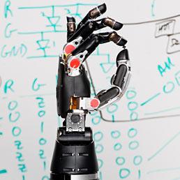 La prima mano artificiale dotata di senso del tatto