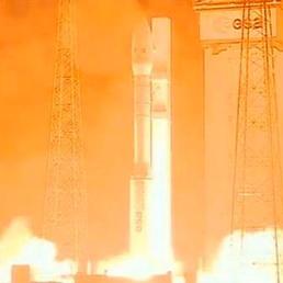 Sono le 4.06 or italiana del 7 maggio, il lanciatore europeo Vega si stacca dal suolo nella base Esa di Kourou, Guayana Francese.
