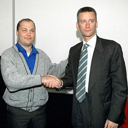 Nella foto il prof. Marco Lanzetta (a destra) con Walter Visigalli, il primo ad aver subito il trapianto della mano (Olycom)