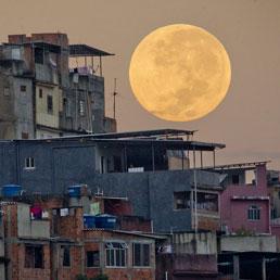 """La """"Superluna"""" 2012 sopra Rio del Janeiro"""
