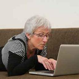 Utilizzo dei social network: Italia batte USA 75 a 72. Nella foto una donna over 60 al pc