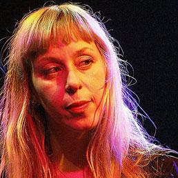"""Lola Lafon, la voce """"no global"""" che canta una vita da ladra"""