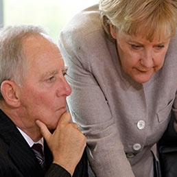 Ritratto di Wolfgang Schauble, l'uomo sulla sedia a rotelle che tiene in piedi l'Europa. Nella foto il cancelliere tedesco Angela Merkel (a destra) con il ministro delle Finanze Wolfgang Schäuble (AP Photo)