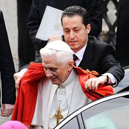Nella foto il maggiordomo del Papa, Paolo Gabriele, con Benedetto XVI (Ansa)