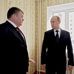 Nella foto il ministro della Difesa russo, Anatolij Serdjukov (a sinistra), con il presidente Valdimir Putin (AFP Photo)