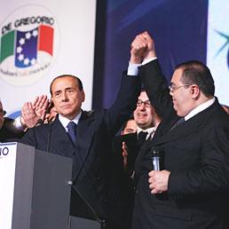"""Nella foto Berlusconi alla convention """"Italiani nel mondo"""" organizzata da Sergio De Gregorio (a destra) a Napoli nel 2008 (Olycom)"""