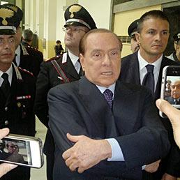 Berlusconi: «I travestimenti? Gare di burlesque». Nella foto l'ex presidente del Consiglio rilascia dichiarazioni ai giornalisti in Tribunale e Milano (Fotogramma)