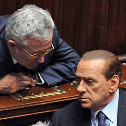Manovra da 47 miliardi: 1,8 quest'anno. Nella foto il ministro dell'Economia, Giulio Tremonti (a sinistra) con il premier Silvio Berlusconi alla Camera (Ansa)