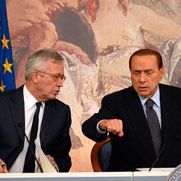 La manovra getta un'ombra sulla crescita (Wsj). Nella foto il Presidente del Consiglio Silvio Berlusconi (a destra) e il ministro dell' economia Giulio Tremonti durante la conferenza stampa a Palazzo Chigi al termine del Consiglio dei Ministri sulla manovra economica (Agf)
