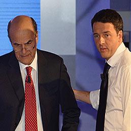 Il segretario del Pd, Pier Luigi Bersani (a sinistra) e il sindaco di Firenze Matteo Renzi negli studi Rai prima del faccia a faccia di ieri sera (AFP Photo)