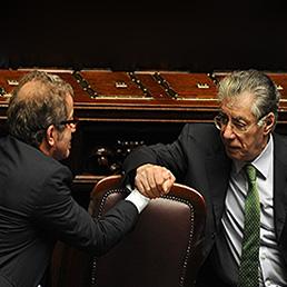 La Lega, all'opposizione, torna alle origini. Ma non esclude il dialogo con Monti, a partire dal federalismo. Nella foto il leader della Lega Umberto Bossi (a destra) stringe la mano al ministro dell'Interno, Roberto Maroni, nell'Aula di Montecitorio (Ansa)