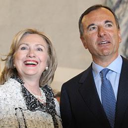 Frattini a Usa: Italia conferma suo impegno. Clinton: lotta al terrorismo non finisce con la morte di Bin Laden. Nella foto il ministro degli Esteri, Franco Frattini, riceve a Roma il Segretario di Stato americano Hillary Clinton (Epa)