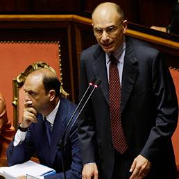 Nella foto il premier Enrico Letta (a destra) durante il suo discorso nell'Aula del Senato; a sinistra il ministro dell'Interno, Angelino Alfano (AP Photo)