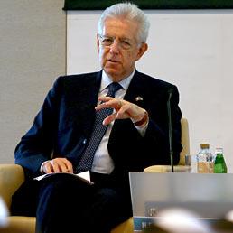 Nella foto il premier Mario Monti nel corso dell'incontro organizzato dalla Camera di Commercio di Dubai (AFP Photo)