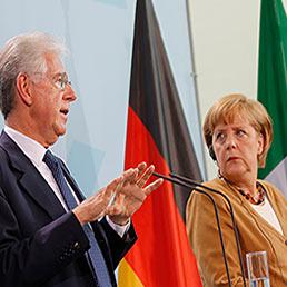 Nella foto il premier italiano, Mario Monti, con la cancelliera tedesca Angela Merkel durante la conferenza stampa congiunta a margine del meeting Germania-Italia tenutosi a Berlino (Reuters)