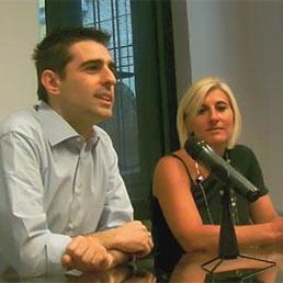 Nella foto il sindaco di Parma, Federico Pizzarotti, presenta alla stampa il nuovo assessore al welfare, Laura Rossi (a destranella foto. © www.comune.parma.it)