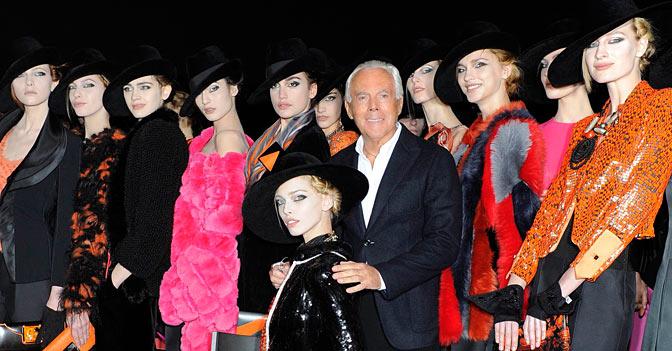 Giorgio armani con le modelle dopo la sfilata autunno-inverno 2012-2013