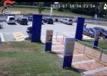 Pistola in pugno tra la folla, arrestato nel Torinese