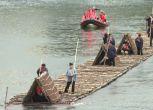 Parigi: una zattera di legno di 72 metri sulle acque della Senna