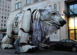 Emma Thompson e Greenpeace portano un orso polare alla Shell