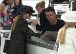 Chanel prende il volo, sfilata check in e modelle con il trolley