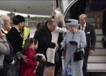 La regina Elisabetta II a Malta, cappello e cappottino grigio
