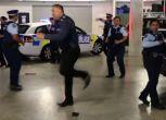 Nuova Zelanda, poliziotti ballerini conquistano il web