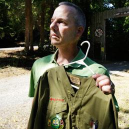 Tom Stewart, una delle vittime degli abusi, mostra la sua divisa da boy-scout (Ap)